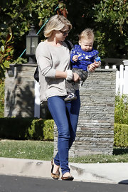 Ali Larter was California casual in a loose taupe sweater and skinny jeans.