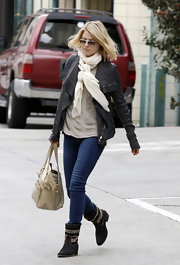 Ali Larter ran errands in skinny jeans, punched up by a pair of woven boots and a bomber jacket.