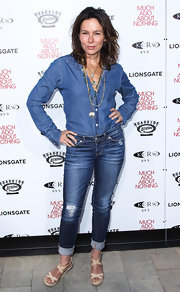 Jennifer Grey stuck to a totally classic denim look when she paired this button down with a pair of jeans.