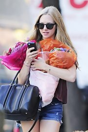 Amanda Seyfried juggled fresh flowers in even fresher modern circular shades with cateye-like tips.