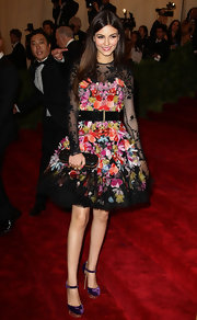 At the Met Gala, Victoria opted for a simple black box clutch to complement her colorful dress.