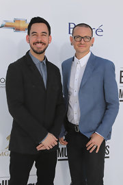 Chester Bennington's blue blazer, white button-down, and black jeans at the Billboard Music Awards were a fashionable combination.