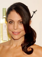 Bethenny Frankel wore her hair swept into an adorable low side ponytail for the Skinnygirl Cocktails Rock the House party.