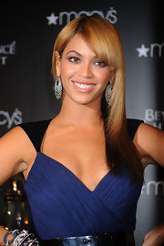 Beyonce added a touch of glitter to her Rafael Cennamo outfit with these large, sparkling earrings.