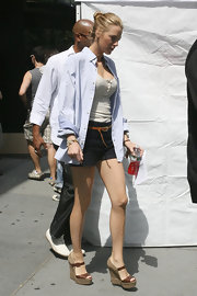 Blake Lively arrived on set in navy blue dress shorts which she paired with wedge heels.