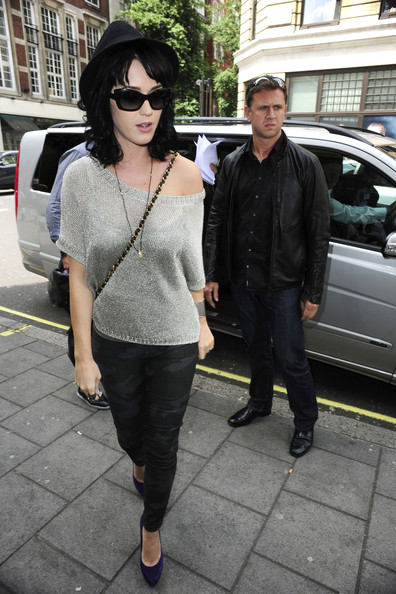 More Pics of Katy Perry Cateye Sunglasses (1 of 10) - Katy Perry Lookbook - StyleBistro