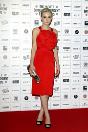 Carey Mulligan added graphic interest to her lovely red dress with a patent Roger Vivier clutch.