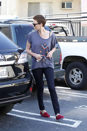 Charlize Theron played it casual in dark-wash skinny jeans.