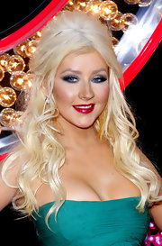 Christina Aguilera showed off her sultry side at the premiere of 'Burlesque'. The budding actress amplified her look with metallic smoky eyes and voluminous curls.
