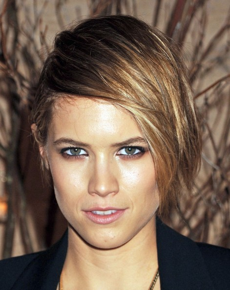 Cody Horn Side Parted Straight Cut []