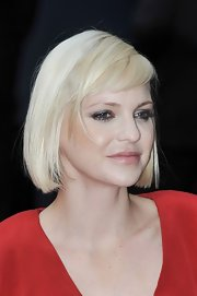 Anna Faris wore her hair in a chic platinum pageboy at the London premiere of 'The Dictator.'