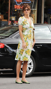 Helena paired her ladylike floral sundress with a pair of green leather slip-on flats.