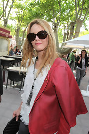 The glam-girl sported an oversized pair of tortoise shell shades—perfect for the high fashion event.