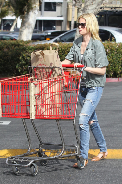 More Pics of Elizabeth Banks Ripped Jeans (1 of 10) - Ripped Jeans Lookbook - StyleBistro