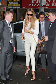 "Elle MacPherson lived up to the nickname ""The Body"" in a pair of tight white skinny jeans."