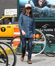 Ellen Page looked cool and hip as ever in this tomboy-inspired ensemble, which consisted of a blue denim shirt and a pair of dark-was jeans.