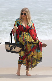 Fergie was beach-ready with this straw tote with a cool fleur de lis design.