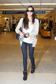Genesis Rodriguez's legs looked ultra skinny in a pair of dark indigo jeans and black basketball sneakers.