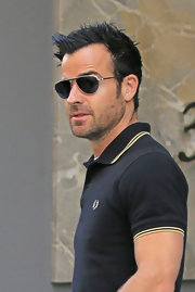 Justin Theroux looked classically handsome with a stylish pair of aviator sunnies.