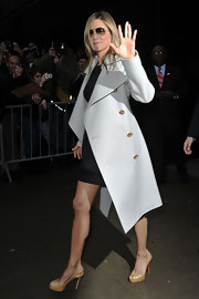 Jennifer wears an off-white wool coat for this effortlessly stylish ensemble.