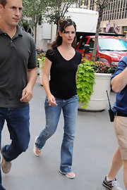 Jennifer walked to set with a wavy, half-up hairstyle and a fresh-face look.