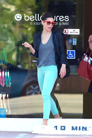 Jessica added a pop of color to her casual look with a pair of mint green skinny jeans.