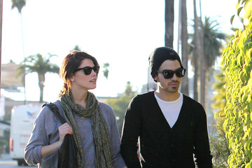 Joe Jonas Ashley Greene Joe Jonas and Ashley Greene Have Lunch at Cheebo