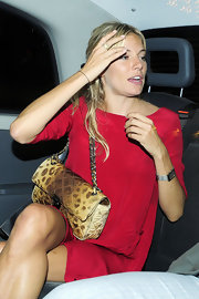 Sienna paired her fiery red dress with a printed chain strap shoulder bag. A nice way to add flair to her look.