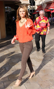 Maria Menounos embraced an earth palette in a coral top and brown skinny jeans.