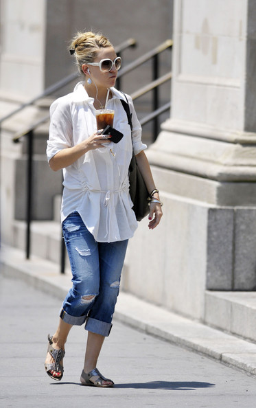 More Pics of Kate Hudson Ripped Jeans (1 of 7) - Kate Hudson Lookbook - StyleBistro []