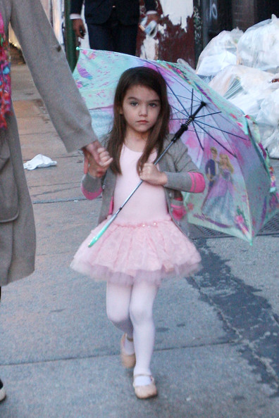 http://www2.pictures.stylebistro.com/pc/Katie+Holmes+tutu+wearing+Suri+dinner+friends+l_gm3kGOZ2sl.jpg