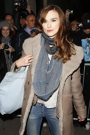 Keira wears her long wavy hair off to the side in this casual look.