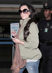 Kim looked glamorous while traveling in a huge pair of oversized shades with gradient lenses.