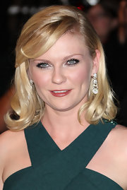 Kirsten Dunst paired her elegant shoulder length cut with dangling diamond drop earrings.