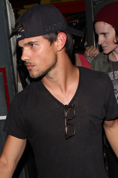 Taylor Lautner sported a custom Yankees baseball cap while out with Kristen Stewart in LA.