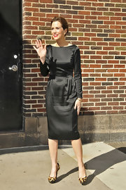 Kristen waved to fans in a black long-sleeve cocktail dress with a retro feel outside of the Ed Sullivan Theater.