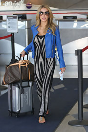 Lisa kept her travel look stylish but relaxed with this black-and-white maxi dress.