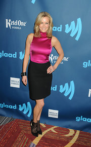 Lara Spencer opted for a minimalistic sheath dress with a hot pink turtleneck top for her red carpet look.