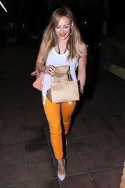 Hilary Duff looked fresh in a pair of pointy white pumps and marigold skinny jeans.