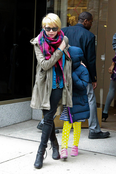More Pics of Michelle Williams Patterned Scarf (3 of 10) - Michelle Williams Lookbook - StyleBistro