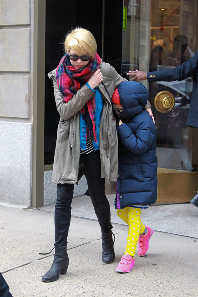 More Pics of Michelle Williams Patterned Scarf (4 of 10) - Michelle Williams Lookbook - StyleBistro