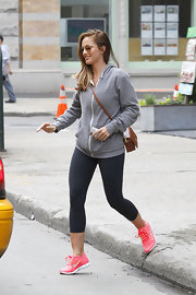 Minka Kelly ran for a New York City cab wearing a sporty pair of hot pink Nike crosstrainers.