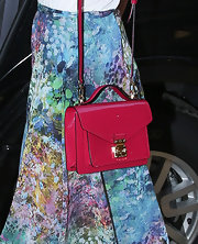 Miranda topped off her summery look with a hot pink leather shoulder bag.