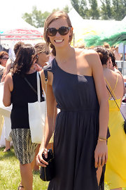 Karlie Kloss topped off her summer-chic outfit with a black chain-strap bag.