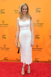 Lauren Santo Domingo complemented her lovely dress with a beige hard-case clutch adorned with a black tassel.