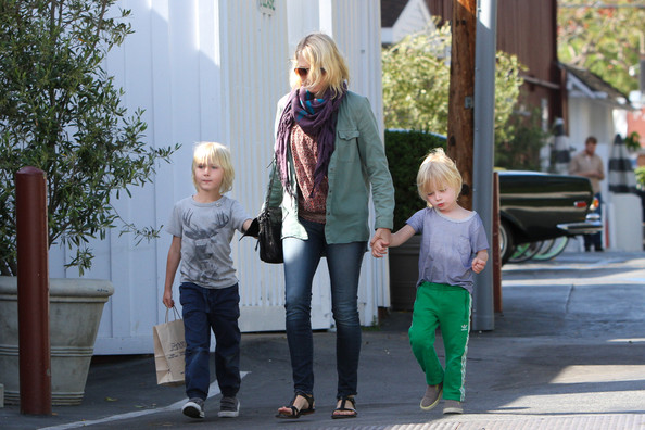 More Pics of Naomi Watts Patterned Scarf (1 of 20) - Naomi Watts Lookbook - StyleBistro