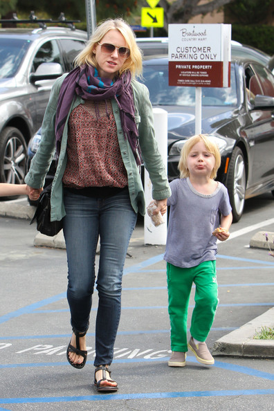 More Pics of Naomi Watts Patterned Scarf (2 of 20) - Naomi Watts Lookbook - StyleBistro