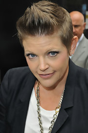 Natalie Maines softened up her look by applying a nude lip color to her lips.