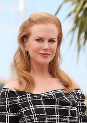 Nicole Kidman arrived at a photocall for 'Hemingway and Gellhorn' wearing her long softly waved tresses with clipped-back bangs.