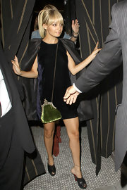 Nicole Richie added a pop of color to her outfit with an green velvet evening bag.